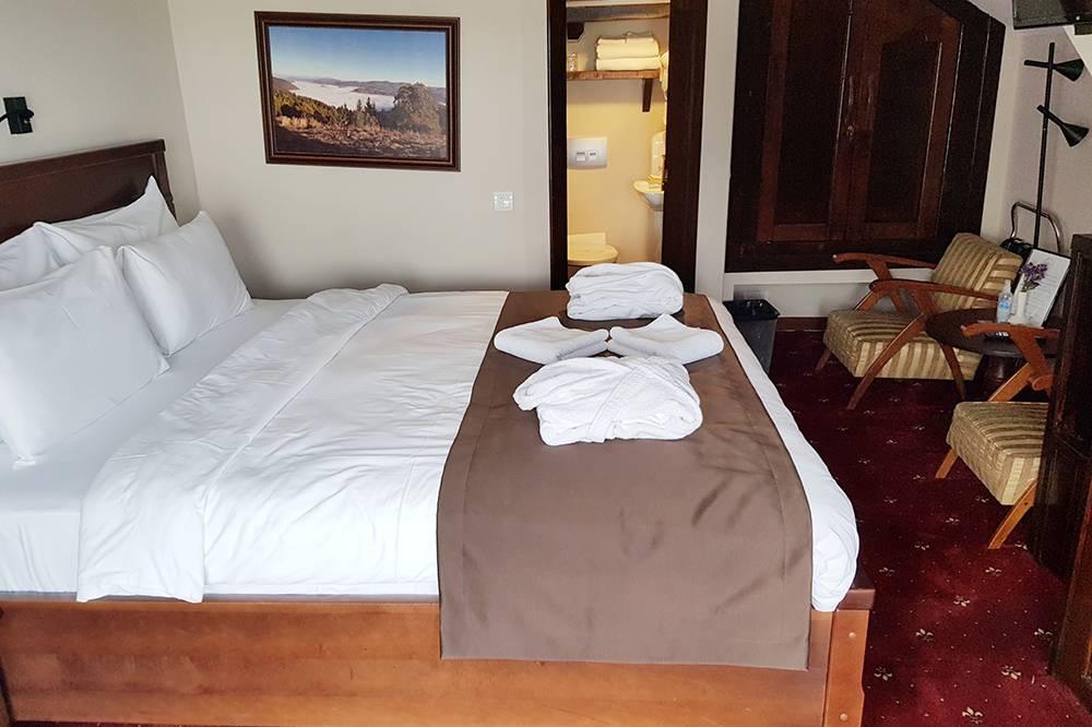 Уютный номер с широкой кроватью, небольшой ванной и халатами. Одна я чувствовала себя здесь по-царски, вдвоем тоже будет комфортно