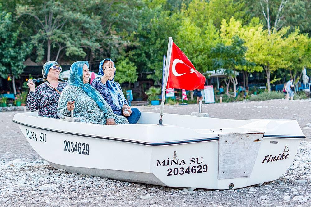 Турецкие бабушки в традиционной одежде на пляже в деревне Чиралы