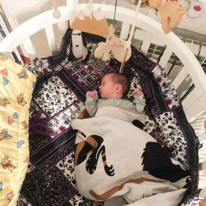 Я купила дочери красивую круглую кровать, но сейчас жалею, чтоне выбрала приставную: ночью не пришлосьбы вставать вообще