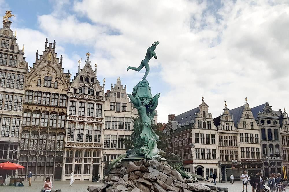 Справа — Дом гильдий, слева — очень красивая местная ратуша, но сейчас она на реставрации. В центре — фонтан Брабо. Его венчает скульптура римского воина, который отрубил руку злодею-великану, грабившему торговые суда в районе Антверпена. По легенде, город назвали как раз в честь этого события: handwerpen в переводе с нидерландского значит «бросать руку». Хотя историки всеже считают, что изначально имелось в виду «город на корабельной пристани»