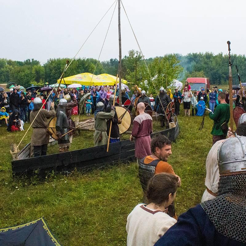 В Липецкой области ежегодно проходит фестиваль исторической реконструкции «Ладейное поле». Мне надо было написать пронего репортаж, и мы ездили всей семьей