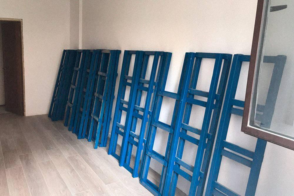 Лестницы сначала шлифовали, потом красили и затем покрывали лаком, чтобы гостям было комфортно подниматься на кровать