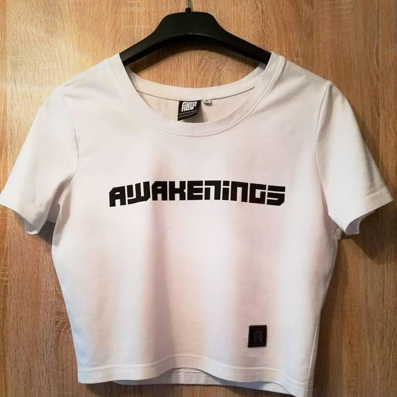 Женская укороченная футболка слоготипом фестиваля. Стоит 11,95€. Якупила себе такую в2019году. Такиеже, нодлинные, стоили 24,95€