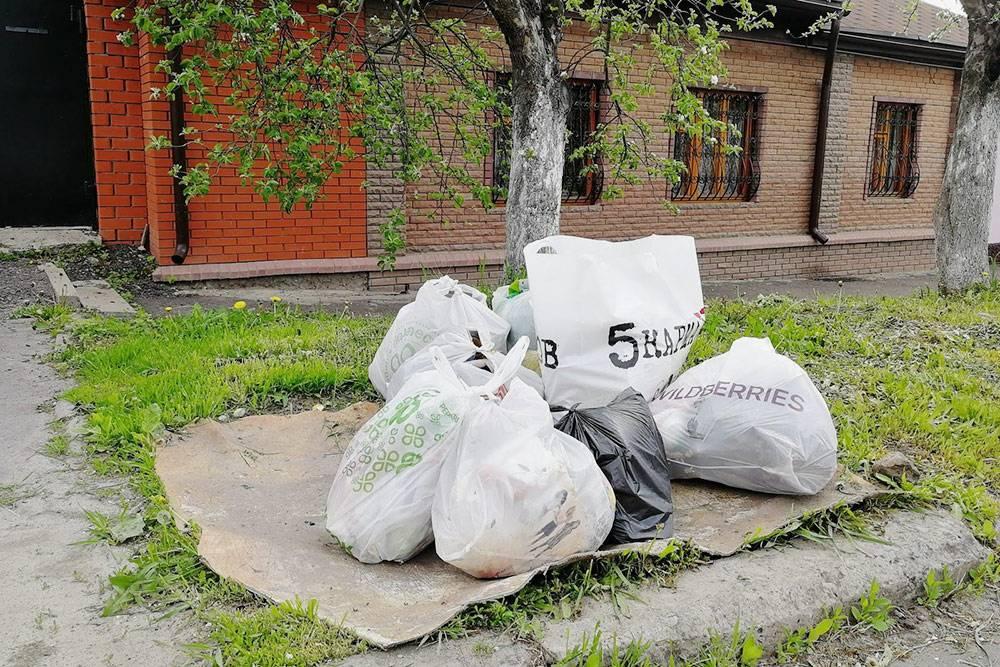 Моя семья живет в частном доме. Каждый понедельник мы выносим пакеты смусором, чтобы их увезли насвалку. Раньше выкидывали примерно по11кг мусора каждую неделю, нопосле того, как начали его сортировать, количество мусора, отправляемого насвалку, сократилось примерно на50%
