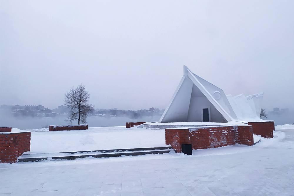 Так выглядит иркутская «Сиднейская опера» зимой. Раньше она была вся разрисована вандалами, а площадка перед ней разрушена. Здорово, что сооружение восстановили