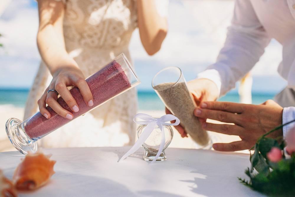 Мы с женой не любим ритуалы, но о песочной церемонии не жалеем. Флакон с песком сейчас напоминает нам о свадьбе