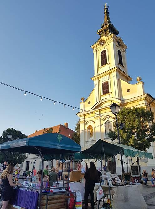 На площади у церкви Святого Николая в Земуне в выходные разворачивается рынок, где предлагают попробовать местные продукты