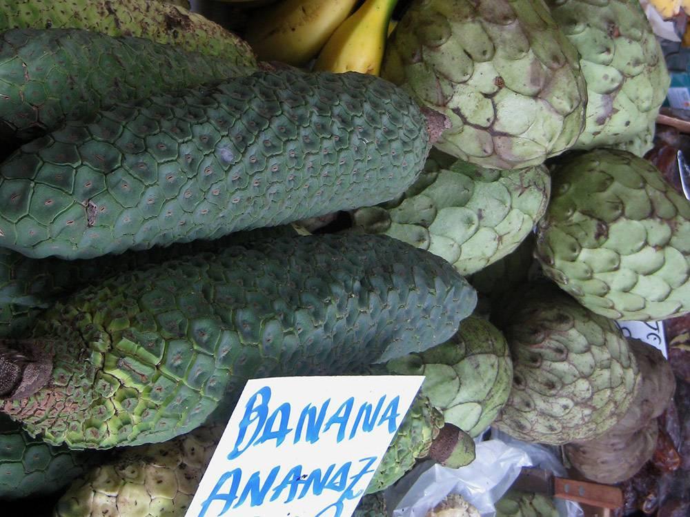 Слева — бананас, справа — анона