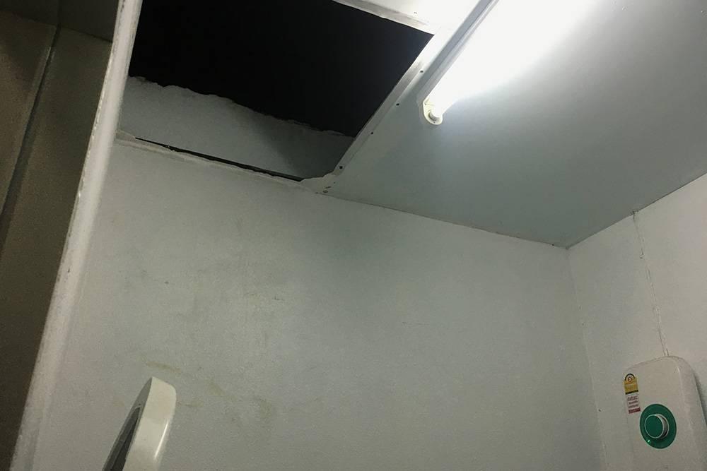 Возможно, по задумке владельца через эту дыру в потолке можно любоваться звездным небом, когда принимаешь душ