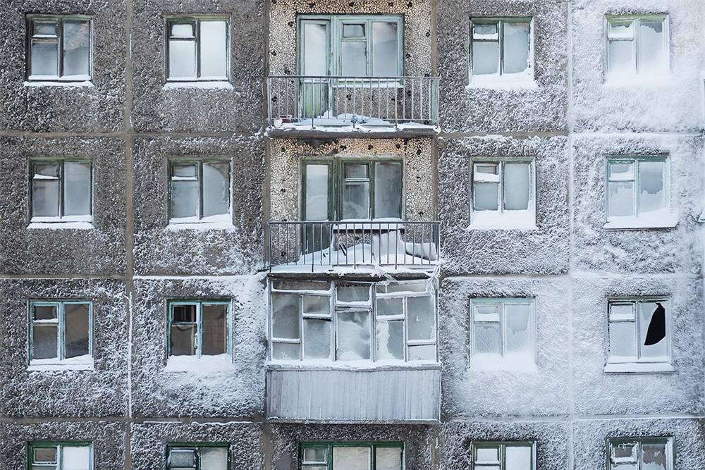 В этом доме отключили отопление в незаселенных подъездах, и он частично покрылся инеем