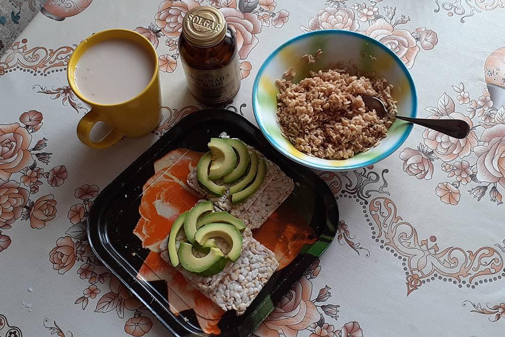 На завтрак — овсяные хлопья с кусочком масла, рисовые хлебцы с авокадо, чай с молоком и витаминки «Солгар»