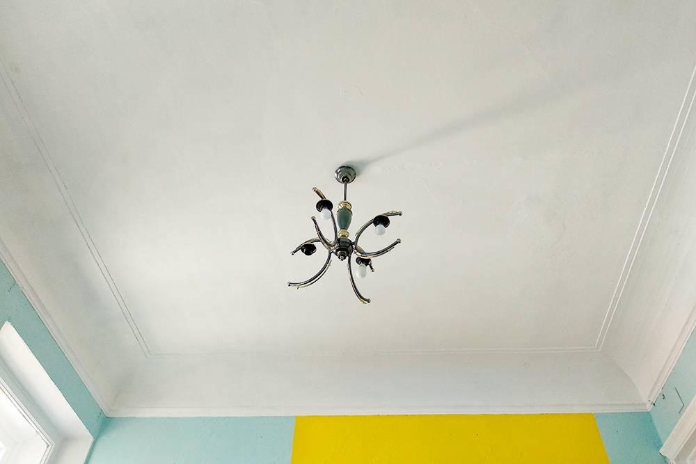 Потолок, конечно, при таком подходе идеальным не получился — на нем остались все неровности и следы от протечек. Но он стал чище и светлее. И комната сразу начала выглядеть опрятнее. Я в шутку говорю, что это «потолок в стиле прованс»