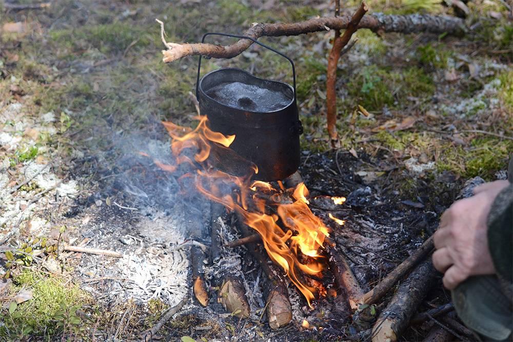 В походных условиях на охоте и рыбалке едят из котелка