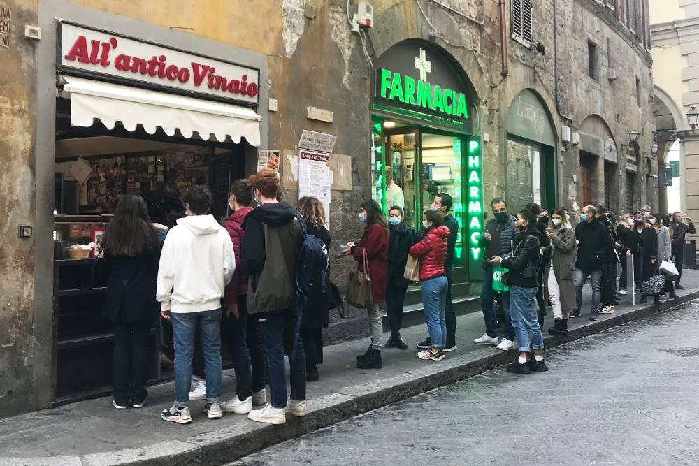 Одно из любимых всеми мест в городе — All'antico Vinaio. Здесь продаются отличные сэндвичи