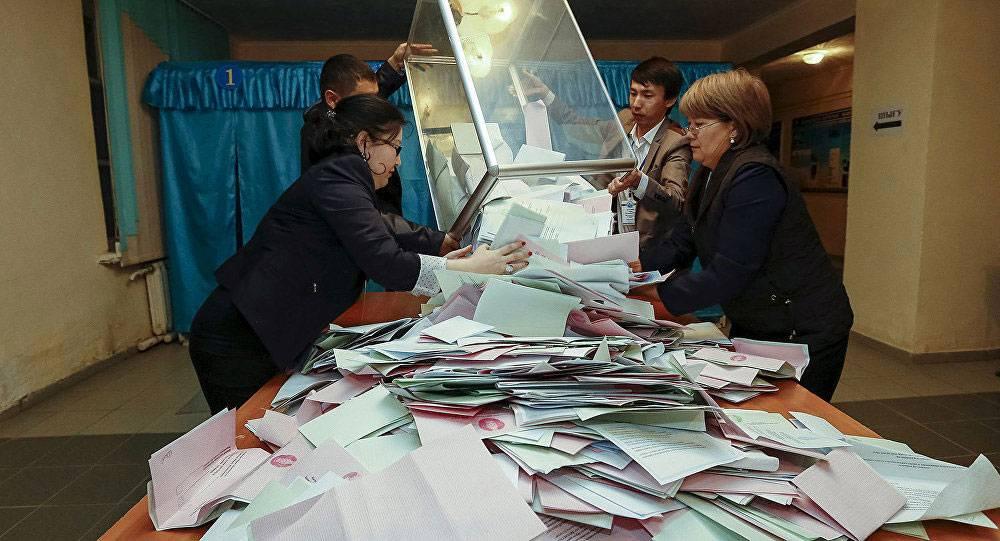 После голосования члены комиссии вываливают бюллетени на стол