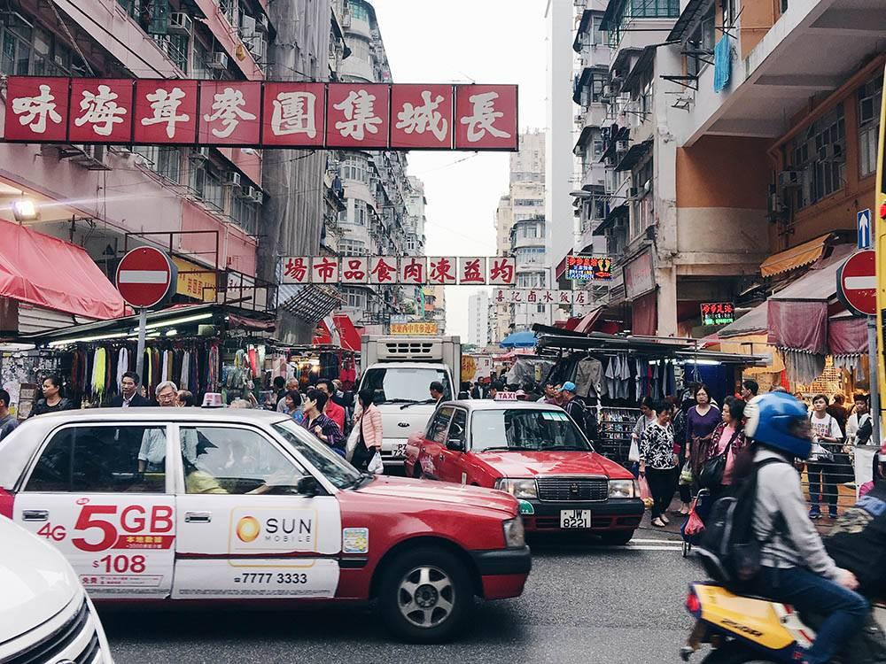 Такси легко узнать и поймать на улице. Расплатиться можно только наличными, редкие такси принимают к оплате транспортную карту «Октопус»
