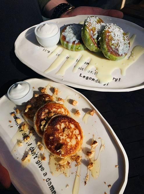 Сырники подают на красивых тарелках с фирменными фразами и цитатами из сериалов. Источник: Александра Лученинова