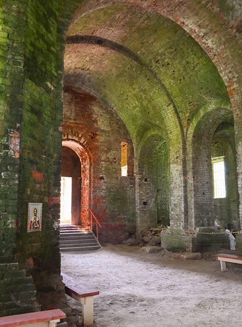 Внутри только земляной пол, голые сводчатые стены и самодельный алтарь
