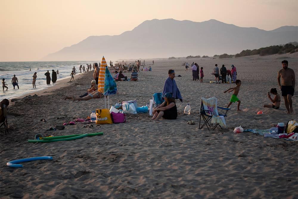 Во время заката на пляже Патара людей немного