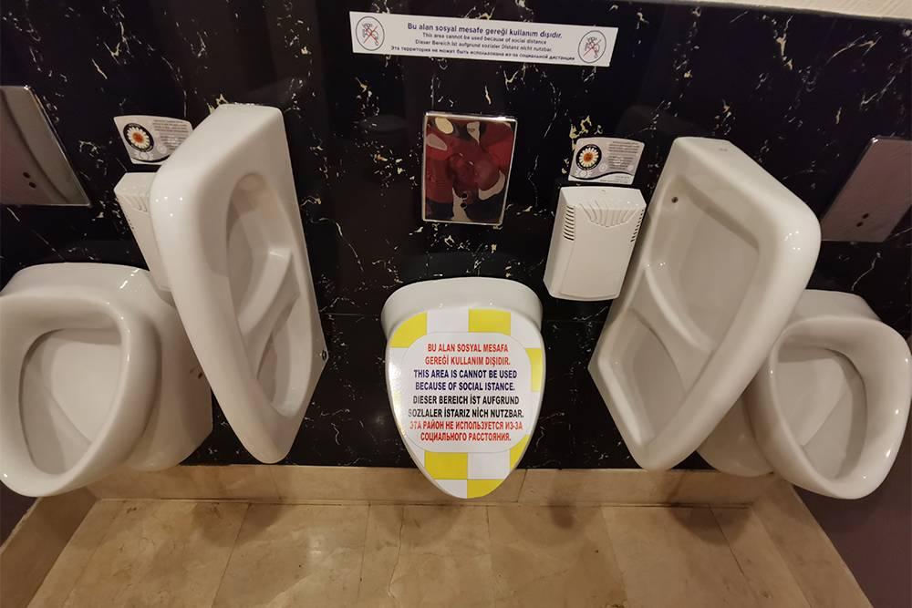 Надпись на писсуаре в туалете отеля: «Эта район не используется из-за социального расстояния»