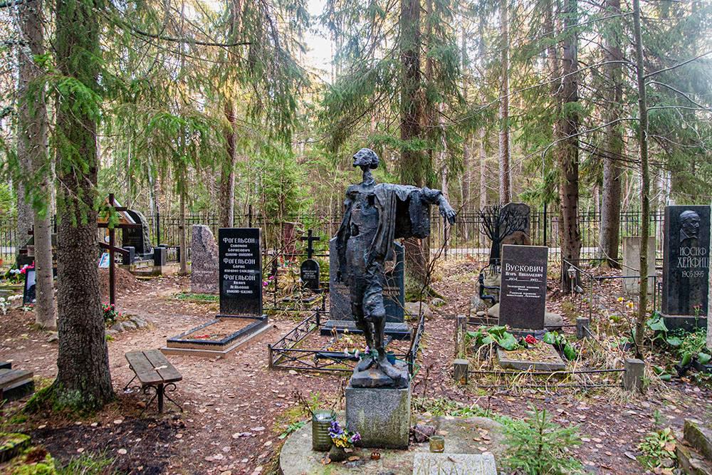 Надгробный памятник, смысл которого остался для меня непонятным