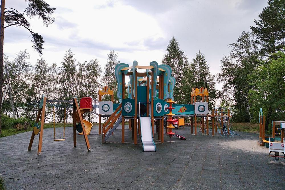 Рядом с палеопарком детская площадка в морской тематике: играть на ней будет интересно как малышам, так и детям постарше