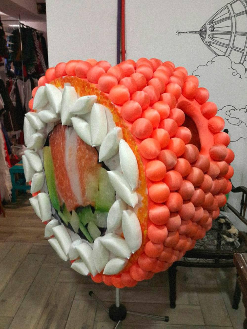 Костюм суши — самый необычный заказ, сделанный «Комодом». Еще Вике заказывали костюмы динозавров, дикобразов и бобров, но девушка не смогла их выполнить