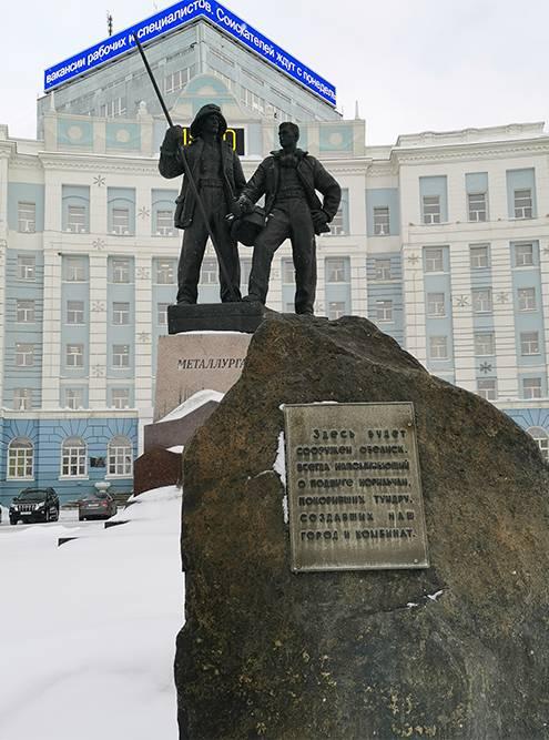 В 1965году на площади поставили огромный камень и обещали установить обелиск как дань памяти норильчанам, которые построили город и комбинат. Памятник появился только через 55лет