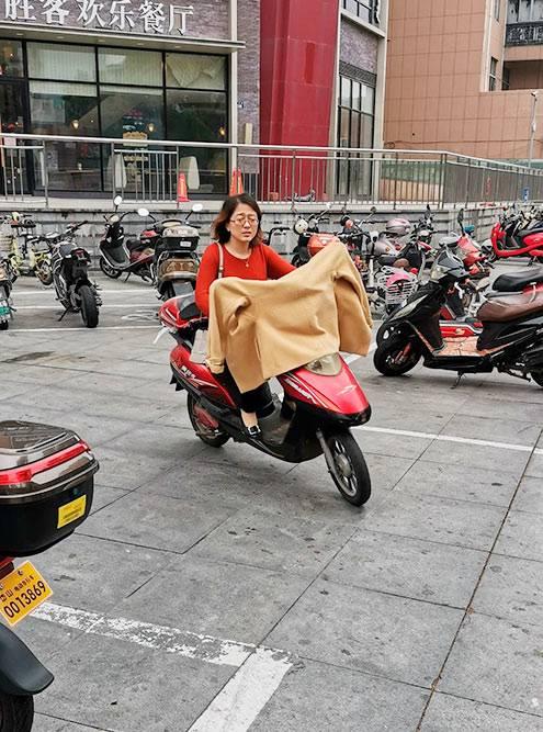 Китайцы перемещаются по городу на скутерах и зимой, и летом