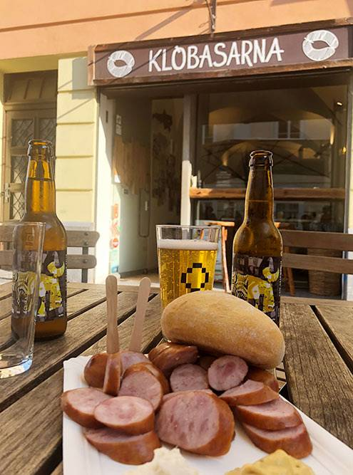Краньскую колбасу подают в «Клобасарне» в центре Любляны. Порция стоит 6—8€ (420—560 рублей)
