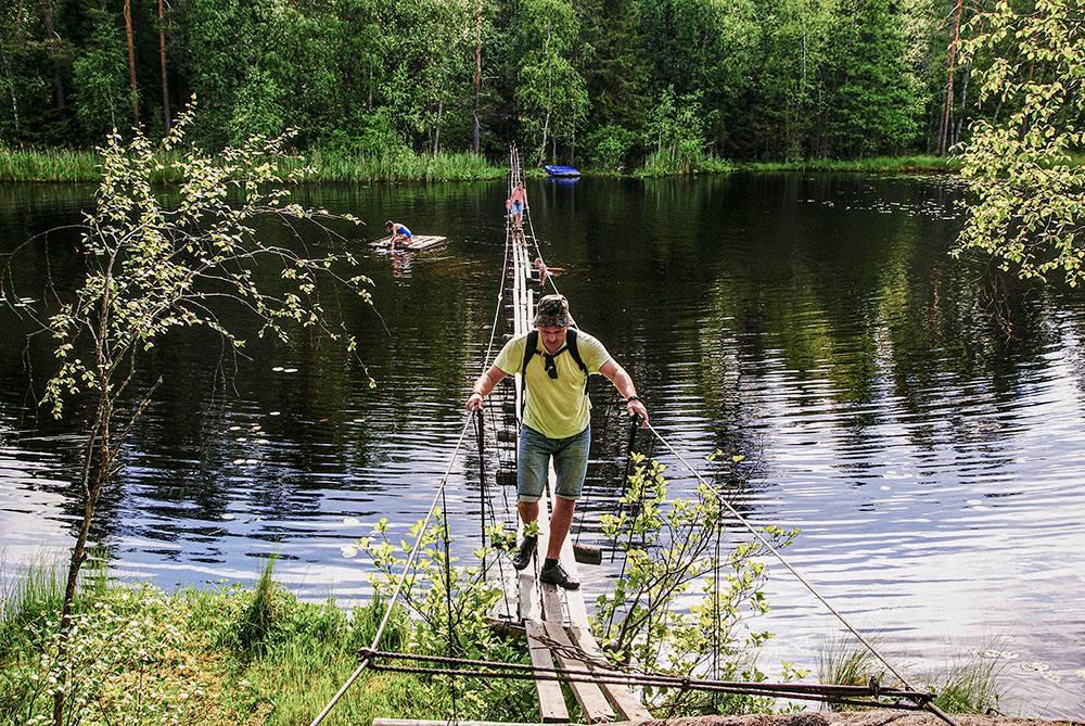 Подвесной мост через озеро Хухтилампи
