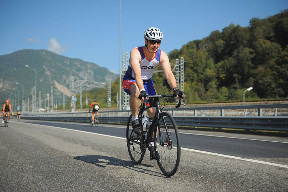 Организаторы соревнований перекрывают трассы отавтомобилистов специально дляпроведения велоэтапа