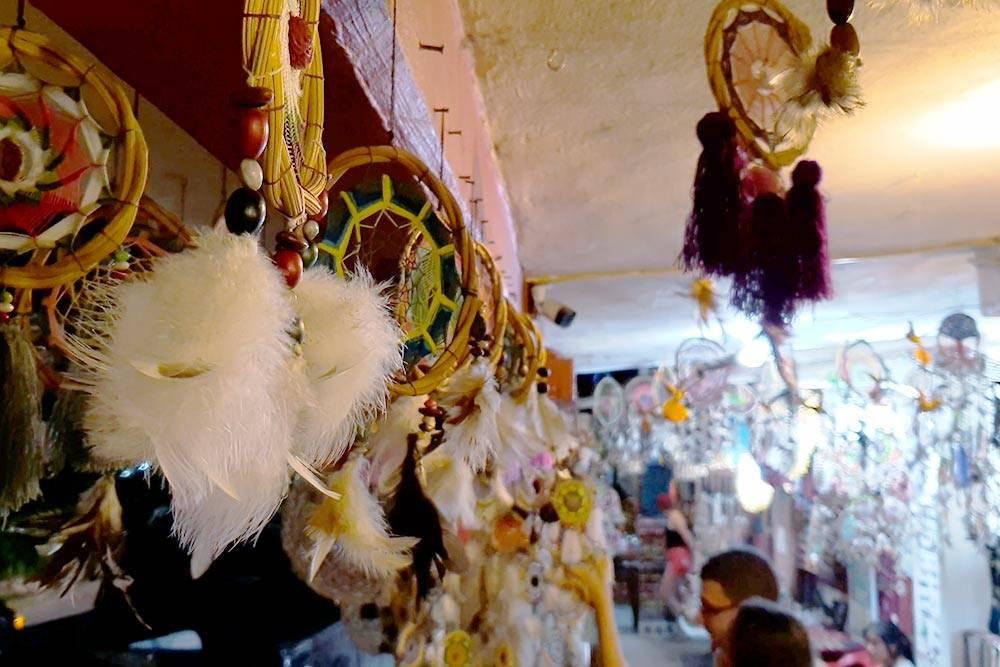 Разнообразные ловцы снов на рынке в Бакаларе, сделанные вручную из ниток и перьев, стоят 100 MXN (369<span class=ruble>Р</span>)