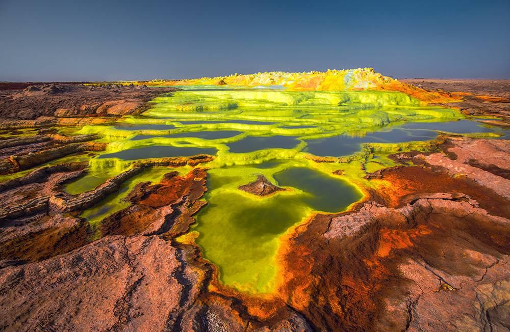 Туристы едут в пустыню ради таких инопланетных ландшафтов. С опытным гидом и охраной можно безопасно изучить все достопримечательности
