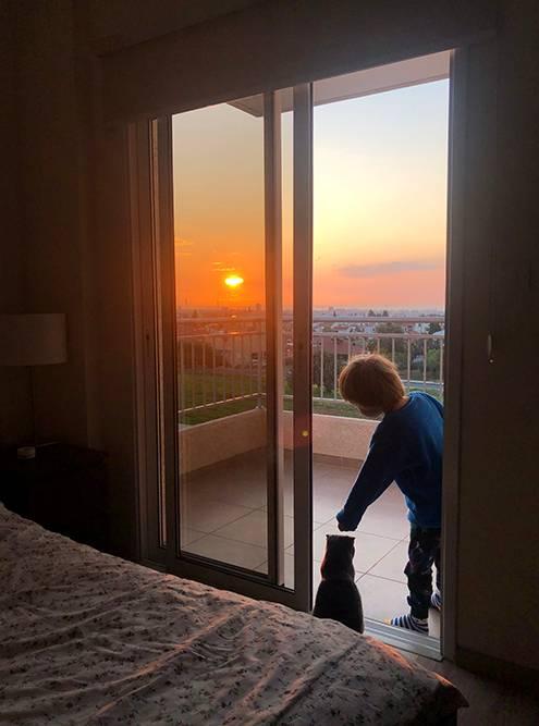 Мы заехали в эту квартиру в конце ноября и просыпались с видом на рассвет