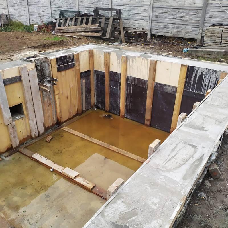 Так выглядит чаша бассейна после бетонирования. После этого ее будут штукатурить и обтягивать пленкой