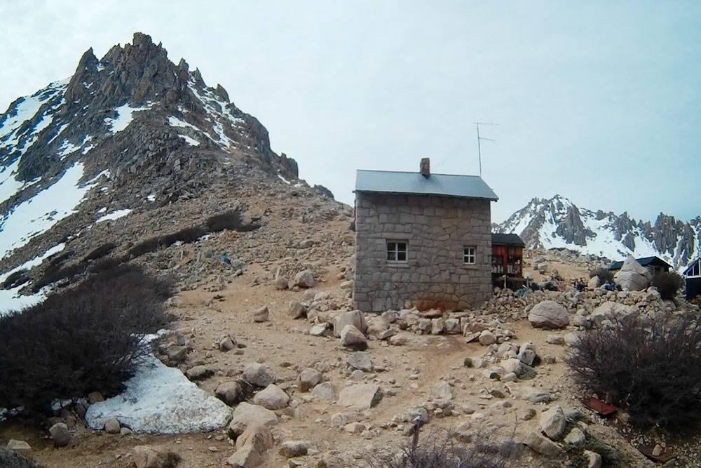 Рефухио «Фрей» (Refugio Frey) в горах недалеко от Барилоче сделана из камня — лесов в окрестностях нет