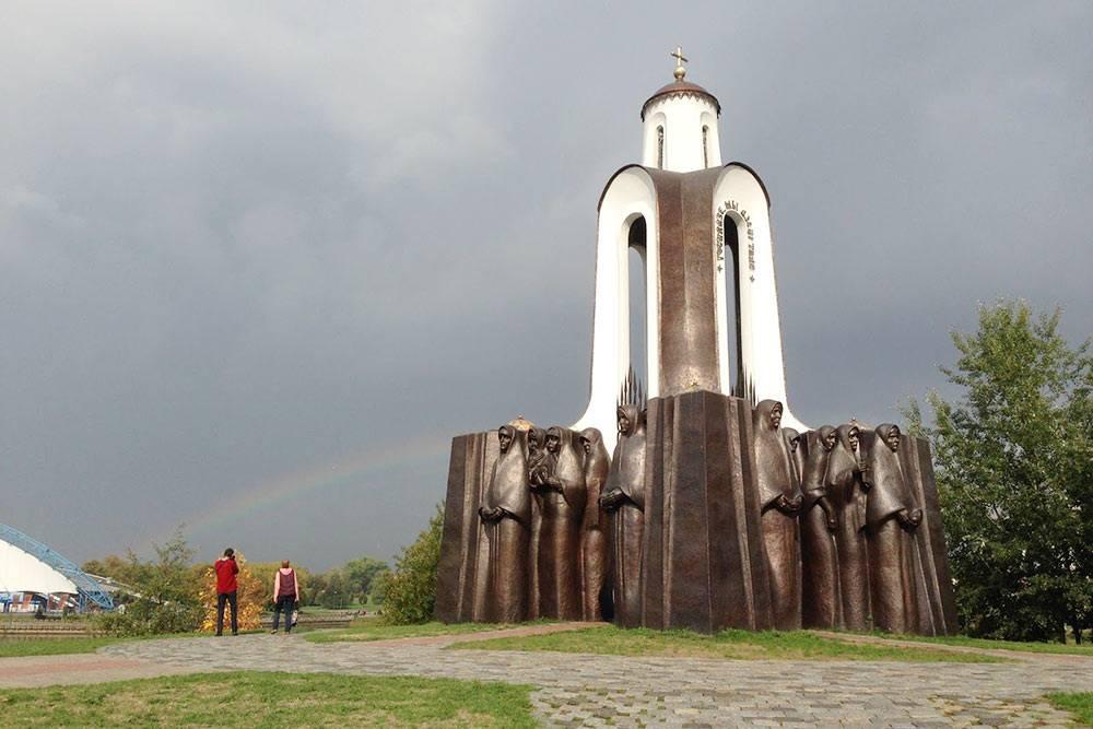 Часовня стоит на небольшой возвышенности, землю для которой белорусские матери привезли с могил своих сыновей, погибших в Афганистане