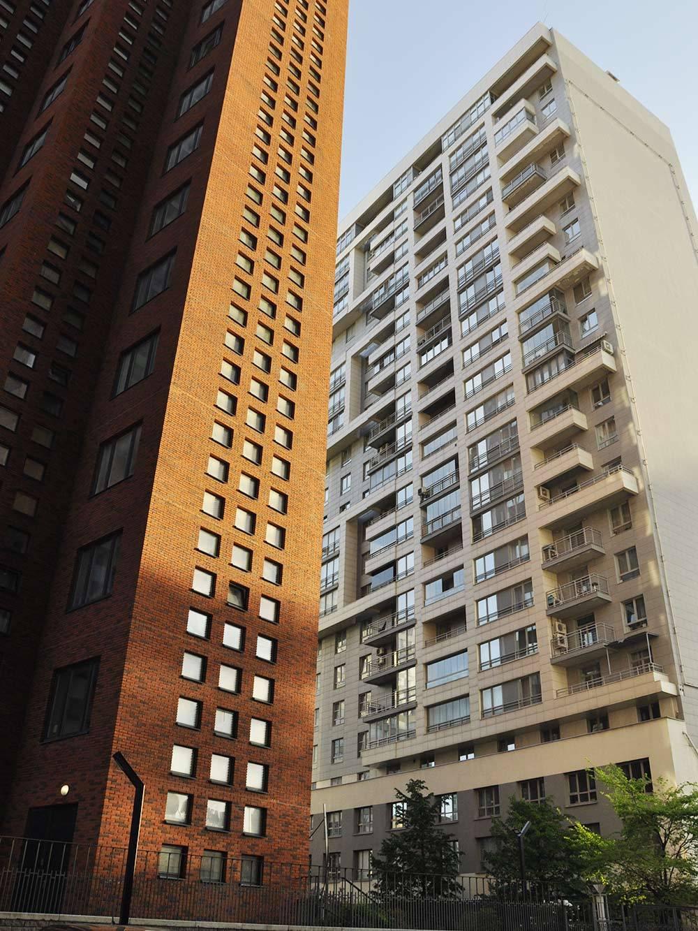 В 75-м квартале уже построили коммерческие высотки. Застройка очень плотная, между домами 20—25 м. Здесь мало солнечного света, а вокруг одни заборы и бетон