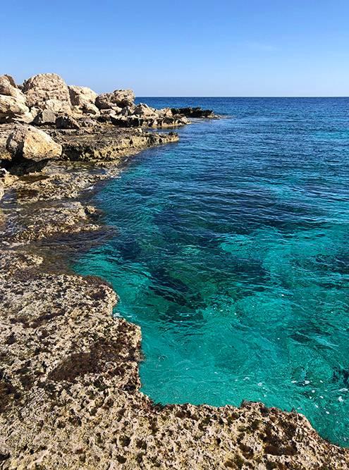 Опытным пловцам летом можно нырять с плоских скал. Мой муж купался там и зимой: в феврале 2019 года температура воды здесь была 18 градусов
