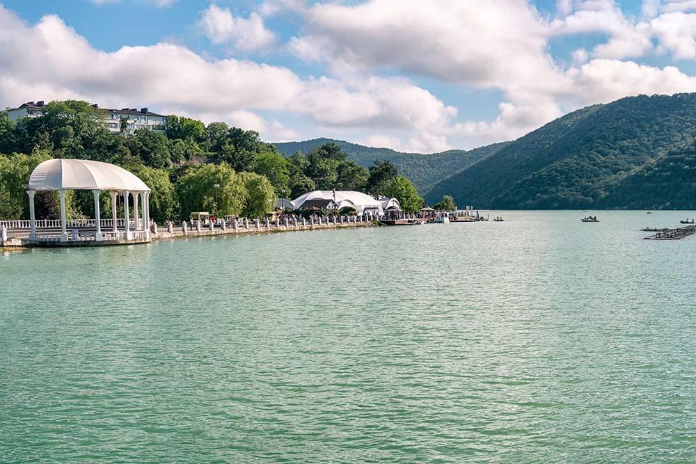 Озеро Абрау не замерзает даже зимой. Источник: Lilkin / Shutterstock