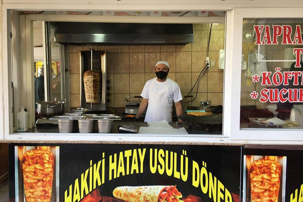 Моя любимая точка куриного дюрюма, который делают порецепту области Хатай. Все, кто пробовал, говорят, что это самая вкусная шаурма вихжизни. Эта палатка стоит возле почты PTT наулице Антальи