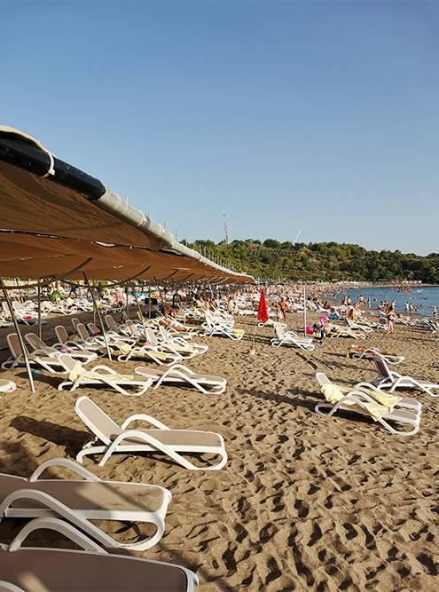 Пляж у нашего отеля. Никакой социальной дистанции