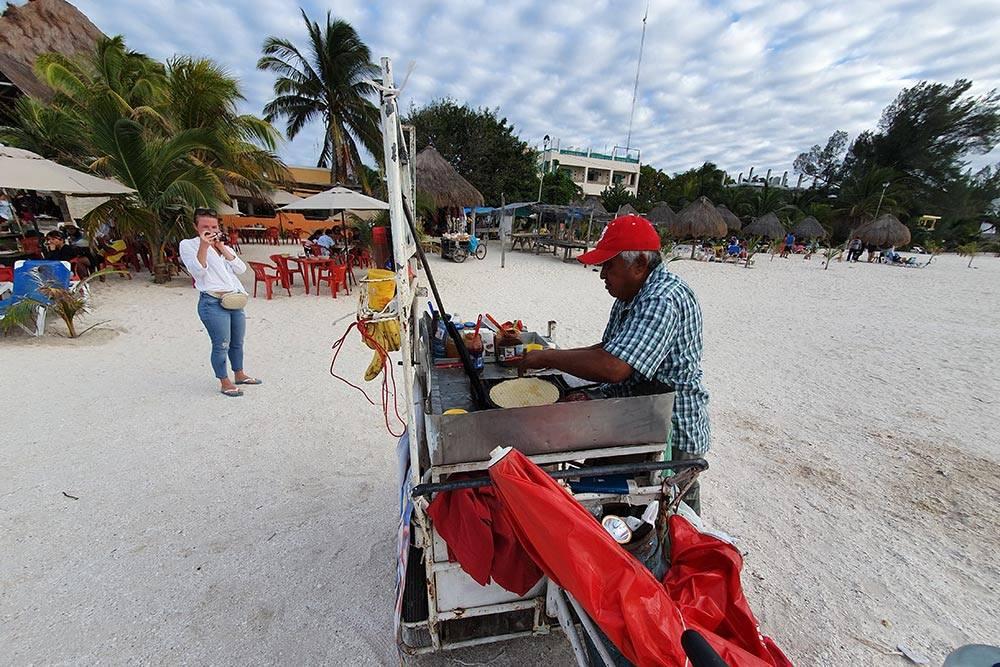 На пляже в Селестуне можно отведать мексиканский десерт marquesitas — это вафля с жареным бананом, тертым сыром и нутеллой. Готовят тут&nbsp;же на передвижной тележке с плитой. Трубочка стоит 40 MXN (148<span class=ruble>Р</span>)
