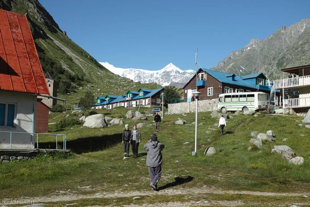 В альплагере «Безенги» несколько корпусов для проживания. Фото из группы альплагеря во Вконтакте