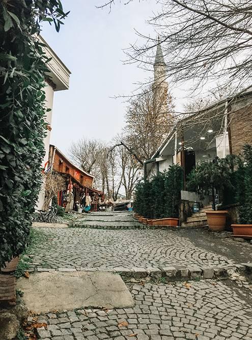 Улочка по соседству с собором Святой Софии. На заднем плане — минарет собора