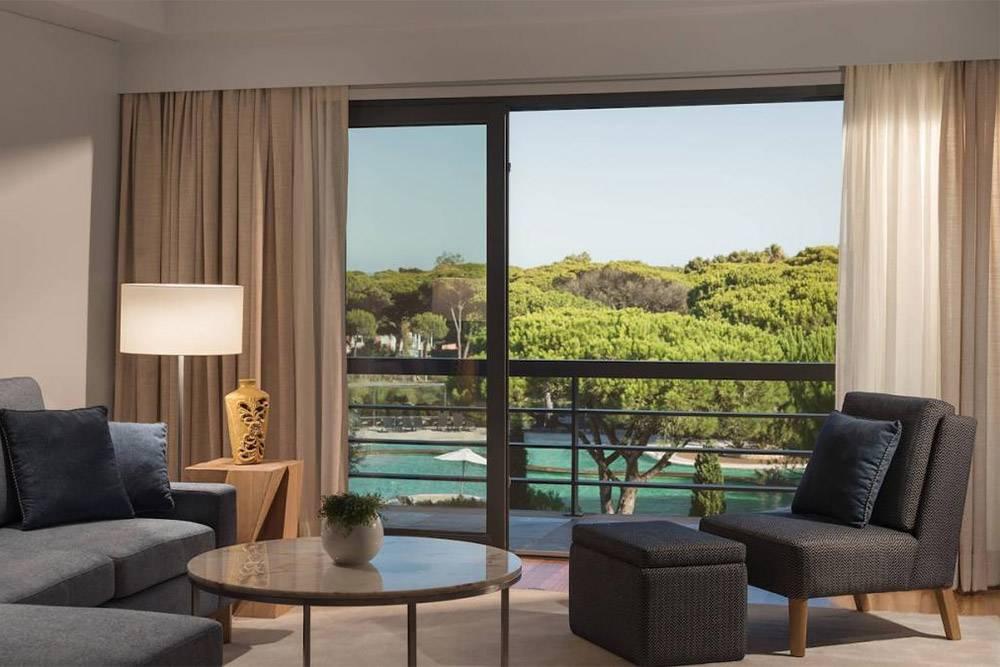 Вид на балкон из гостиной нашего номера в Sheraton. Источник: marriott.com