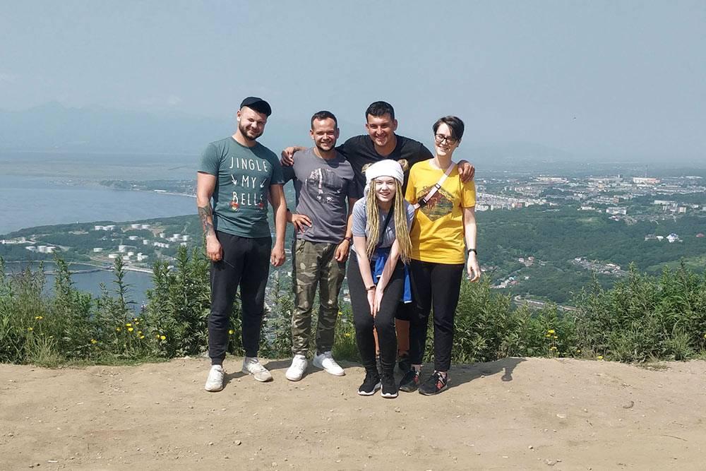 Наша группа навершине Мишенной сопки: рассматриваем Петропавловск сверху. Вэтот день надгородом была дымка, поэтому нафото невидны вулканы назаднем плане