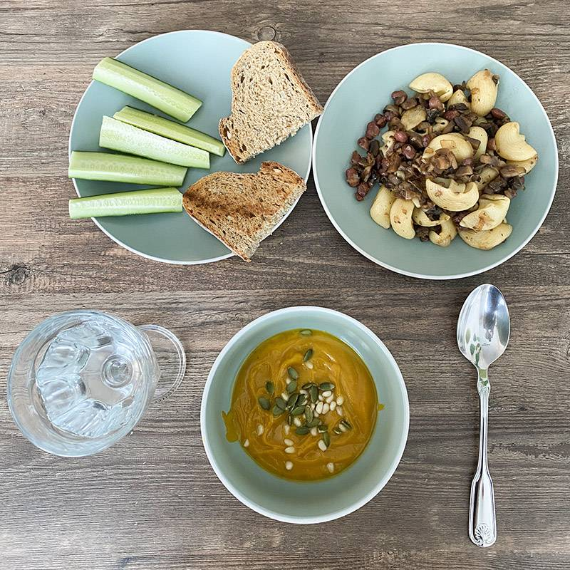 Сегодня мой любимый тыквенный суп, макароны с овощами, свежий огурец и поджаренный хлеб