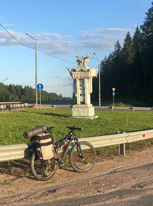 Стелла у поворота на Торжок от трассы М10